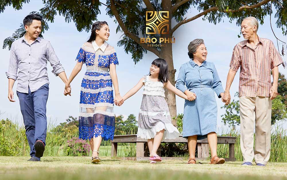 Hạnh phúc bên gia đình thân yêu trong khuôn viên xanh mát